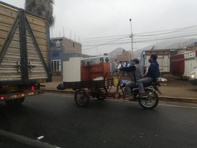 En su recorrido, nuestra periodista encontró vehículos que no deben circular por la carretera Panamericana Norte.