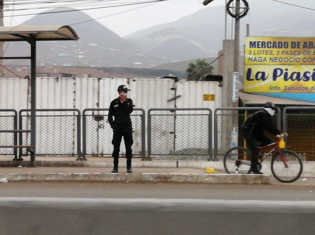 En los paraderos de la Panamericana Norte hay agentes de la Policía Nacionales y fiscalizadores de la ATU verificando que haya orden.