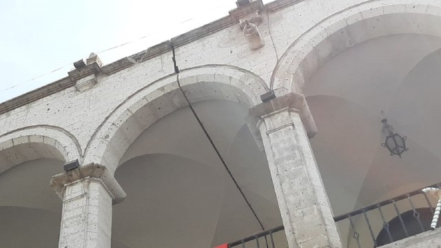 El chapado de sillar en el portal de la municipalidad de Arequipa se desprendió producto del sismo.