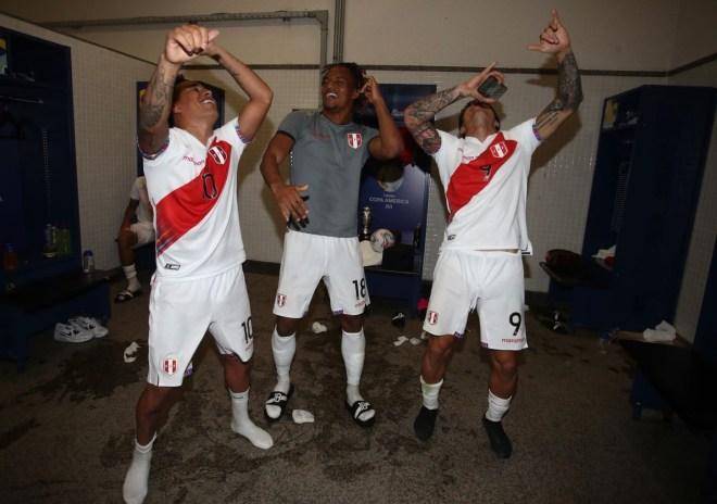 Christian Cueva, André Carrillo y Gianluca Lapadula dando unos pasitos de baile.