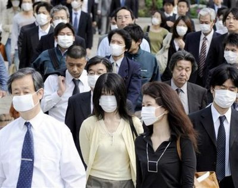 Commuters in Beijing wearing hayfever masks.