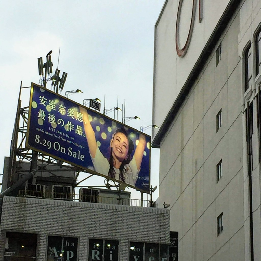 上野駅前の安室奈美恵の広告看板