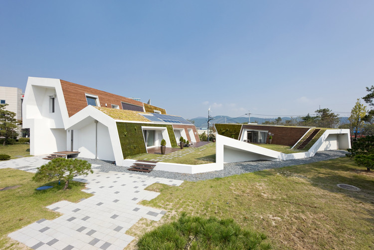 Rumah Modern Minimalis The E+ Green Home
