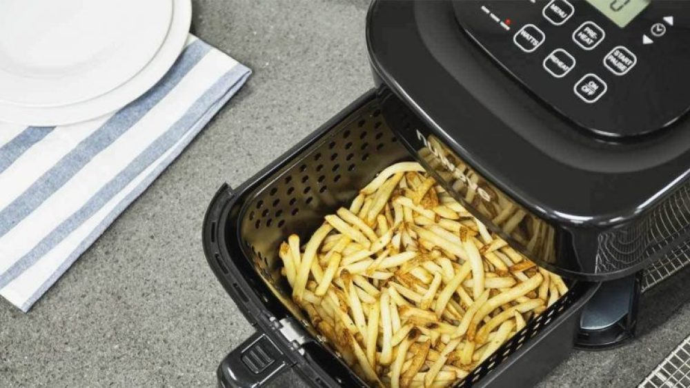 sebuah alat elektronik air fryer