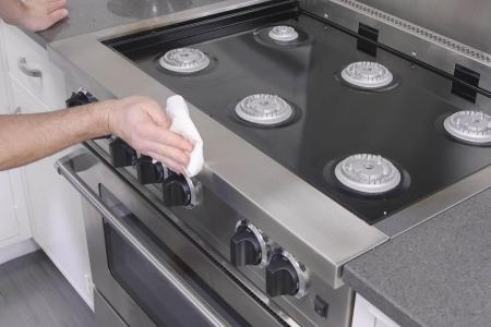 How to Deep Clean a Kitchen Range