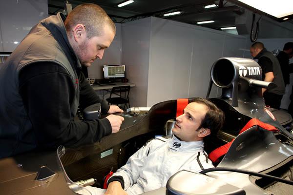 Liuzzi hablando con un ingeniero de Hispania