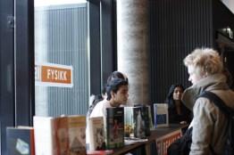 Elever fra VG1 forteller om hvilke fag man kan velge på studieforberedende. Foto: Einar Løken