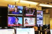 Nyheter fra flere forskjellige nettaviser kommer opp på storskjermene bak desken. Foto: Emilie Boryszewski
