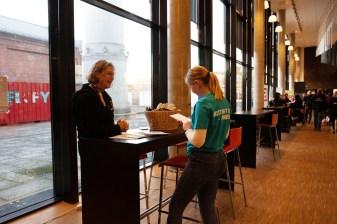 Rektor snakker med journalisten. Foto: Tuva Holmes Bergersen