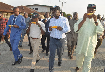 Oshiomhole returns to the streets for corn as election draws nearer (Video)