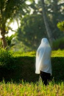 mataram_lombok_indonesia_muslim_woman_praying_rice_terrace