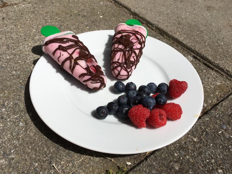sunde ispinde med hindbær banan og chokolade