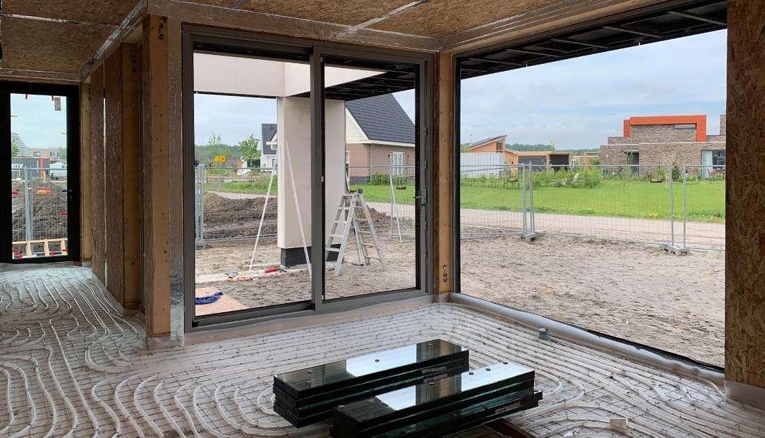 binnenzijde houten huis met schuifpui