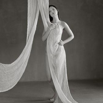 Séance photo, féminité, topless et nu artistique, le corps de la femme célébré, par Fabien Queloz, photographe professionnel à ElleStudio, Neuchâtel, Suisse Romande.