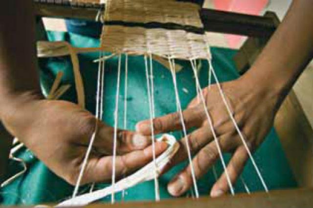 Artesanato de fibras de bananeira praticado no quilombo Ivaporunduva
