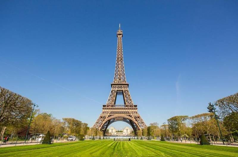 Torre Eiffel volta a receber turistas
