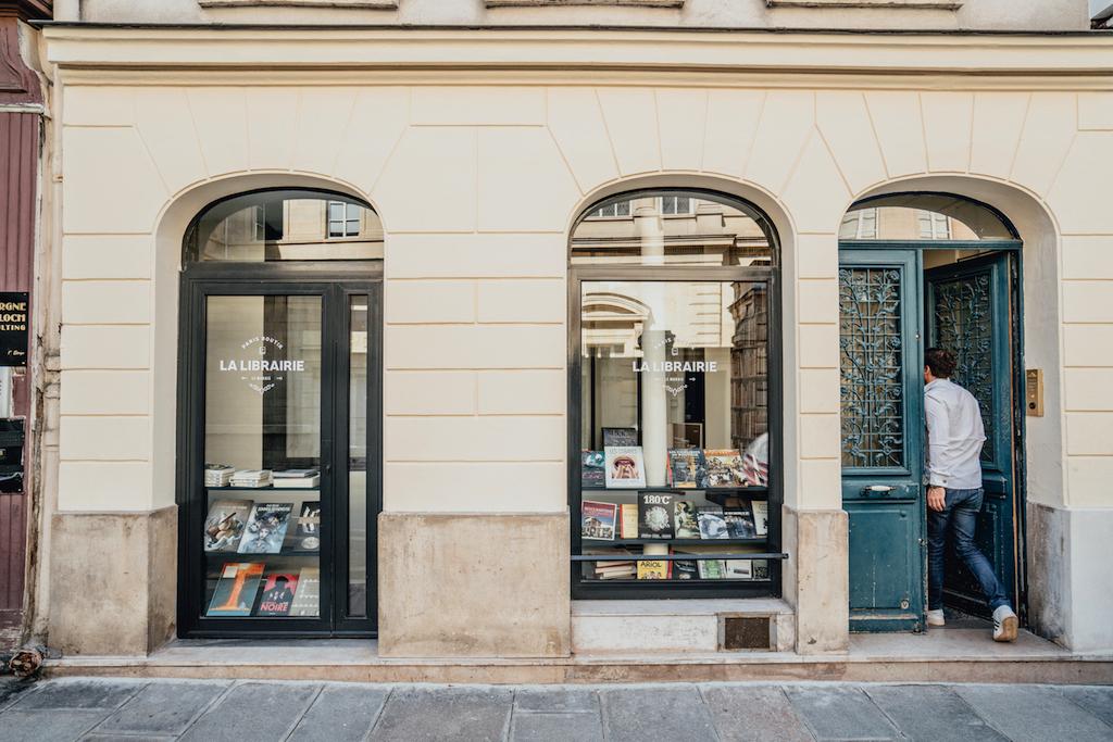 HOTEL EM PARIS, que tal dormir em uma livraria ou em uma mercearia?