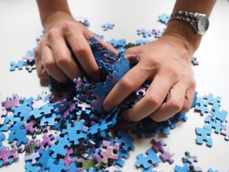 Hands holding pile of puzzle pieces - Pixaboy-592798_1280