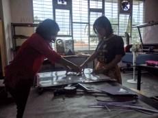 There dan Thia dari Divisi Program dan Event Volunteer FabLab Bandung sedang membantu membantu memotong stiker