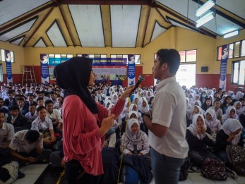 Salah seorang siswa sedang bertanya di hadapan para siswa dan siswi SMK Negeri 14 Bandung