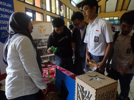 Para siswa sedang mengunjungi bagian display produk-produk FabLab Bandung