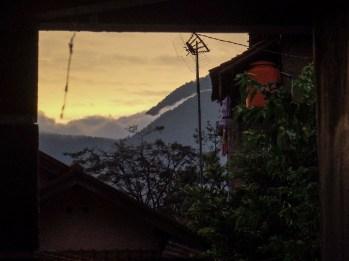 Pemandangan pegunungan di sore hari dari depan rumah