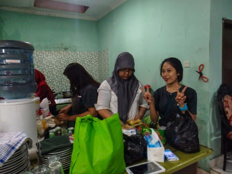 Echa, Fikih, Dhita dan Ambarina di dapur menyiapkan makan malam