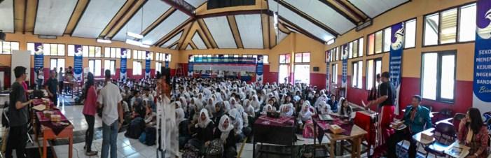 Suasana di Aula SMK N 14 Bandung di saat Goes to School FabLab Bandung berlangsung