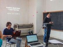 Pak Lukman lagi presentasiin software jBatik ke peserta pelatihan.