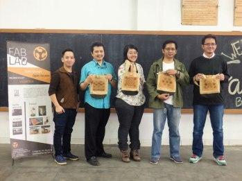 Foto bersama peserta dengan Pak Lukman dari Batik Fractal dan Mas Al dari FabLab.