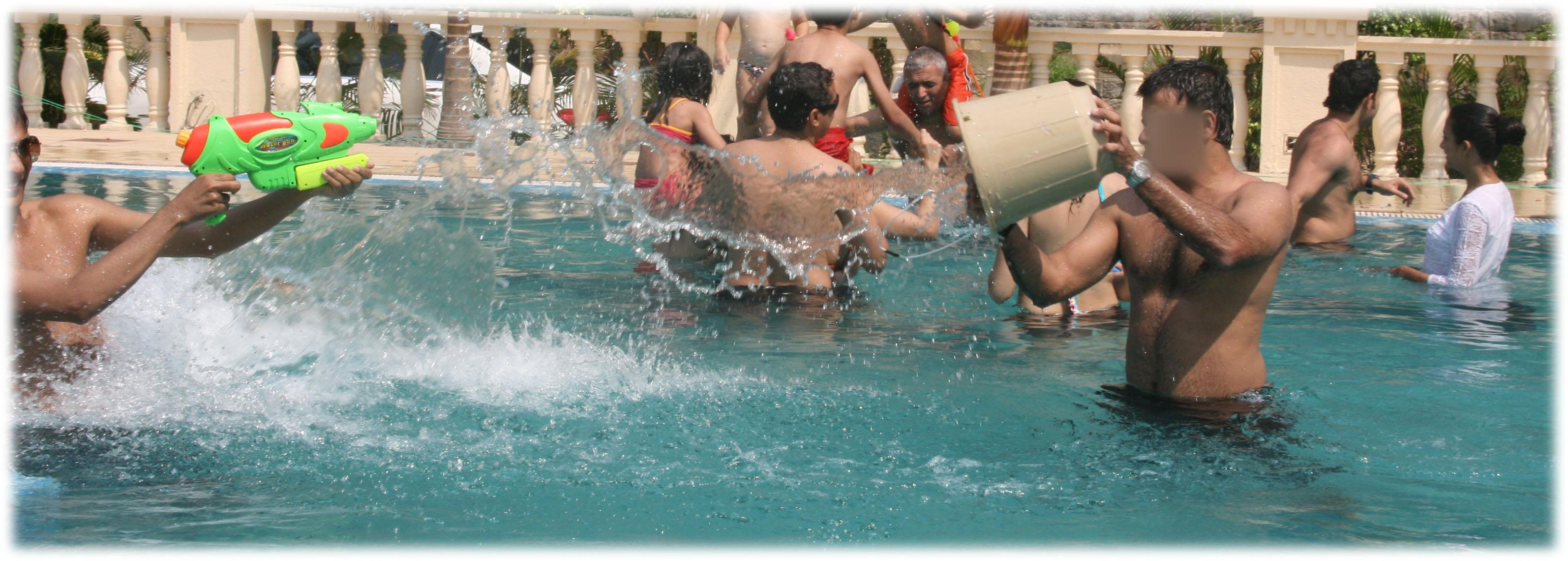 mecs-dans-la-piscine1