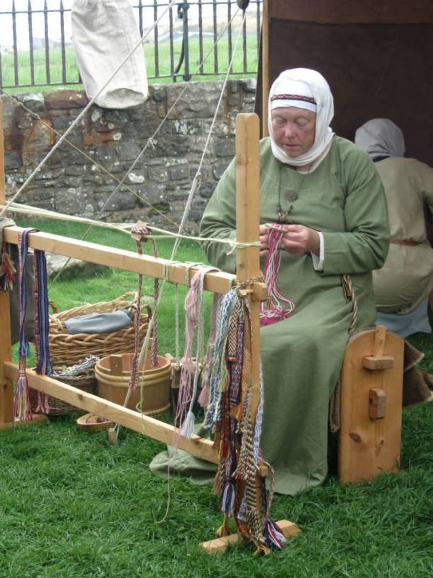 Narrow loom weving