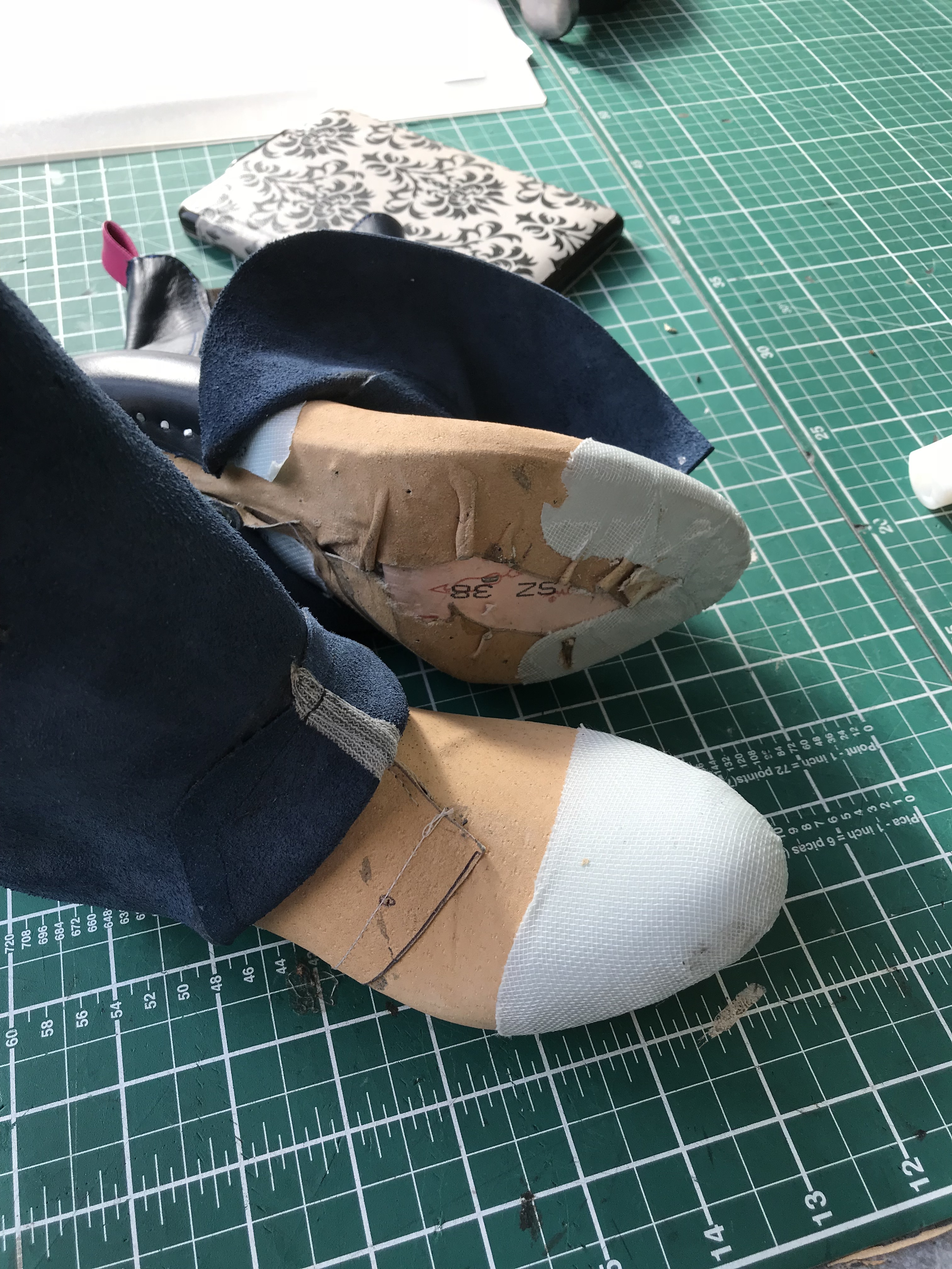 Toe cap applied between the lining and the leather