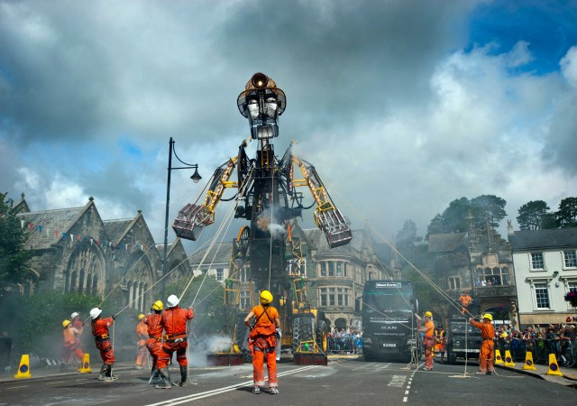 UK's Largest Ever Mechanical Puppet (2)