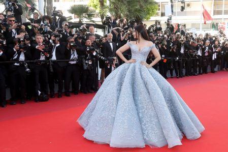 """Aishwarya Rai - Montée des marches du film """"Okja"""" lors du 70ème Festival International du Film de Cannes. Le 19 mai 2017. © Borde-Jacovides-Moreau / Bestimage Red carpet for the movie """"Okja"""" during the 70th Cannes International Film festival. On may 19th 2017"""