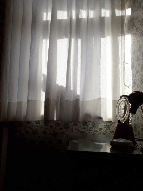 Piris Umriss durch den Vorhang