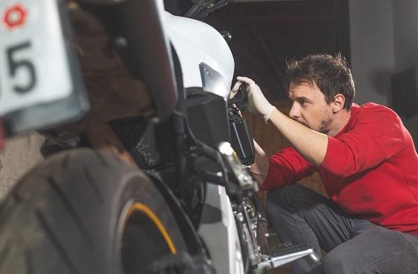 mecanico consertando moto facil sistemas