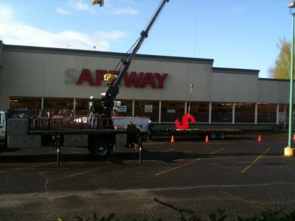 The old Hawthorne Safeway in its final iteration. Here a parapet masks the roof. c.2011 Photo: The Oregonian