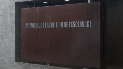 Plaque de commémoration de l'abolition de l'esclavage à Nantes.