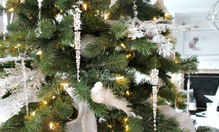 Christmas tree decorations ideas using all white Christmas decorations. Simple elegance from white Christmas decorations and crystal Christmas tree decorations. ,  tree decorating ideas,Christmas tree decorations items