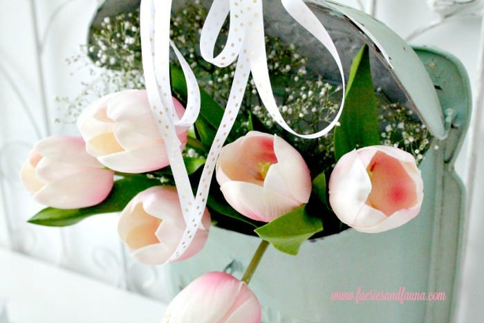 Tulip Arrangement Ideas, flower arrangement images, easy florist, tulip flower, tulip flower arrangements, easy flowers, pink tulips, white tulips, diy spring flower arrangements, spring flowers, flower decoration,