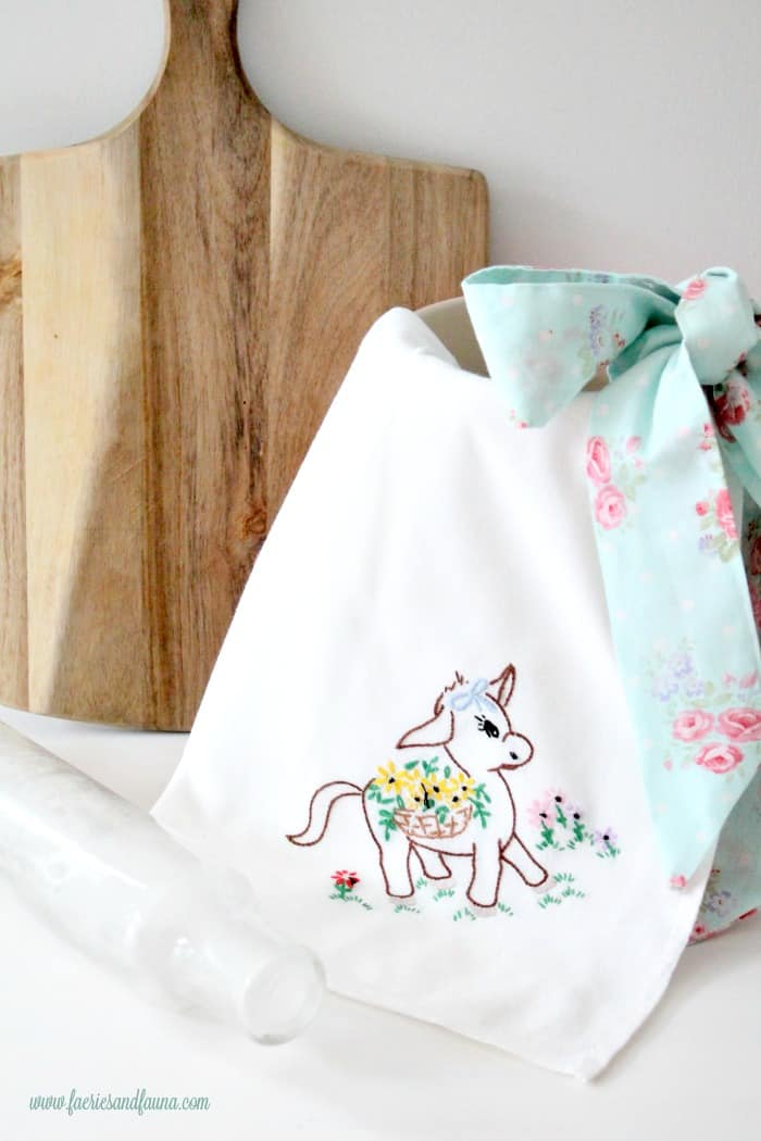 Large and pretty Farmhouse style DIY tea towel apron, made with cotton and a dishtowel.