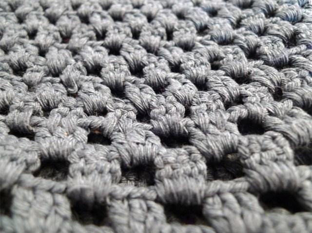 Zoom-mailles-gilet-gris