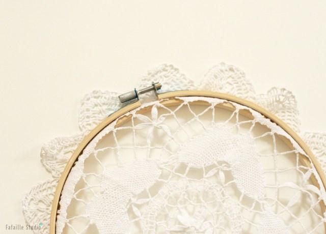 Coincer le napperon entre les deux cercles à broder