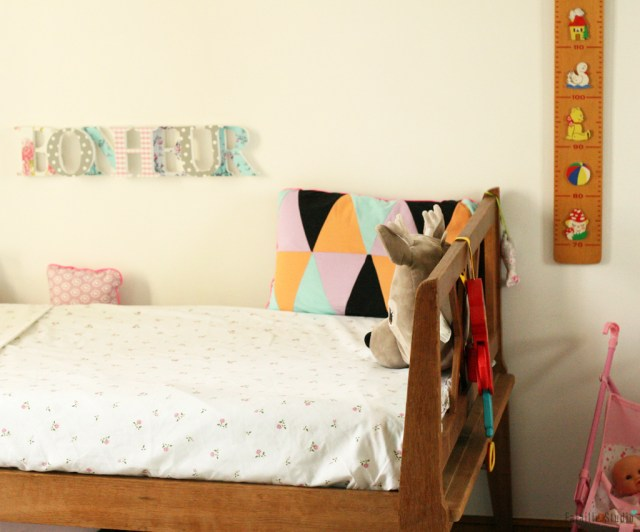 un lit daybed à croisillons
