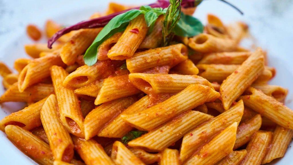 Makarone-sa-paradajz-sosom,-povrćem-i-kobasicama (1)
