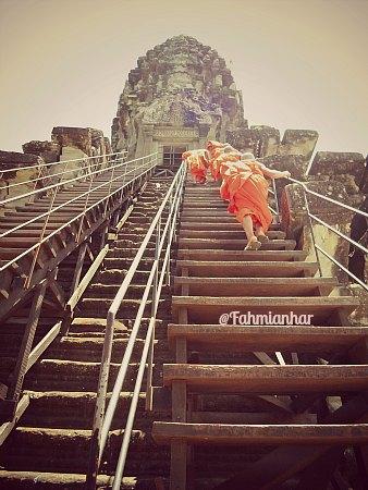 Tangga kayu ke Lotus Tower Angkor Wat - Hampir Vertikal