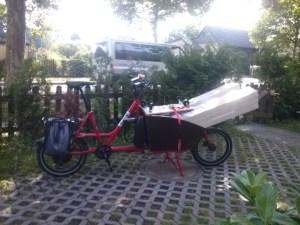 Transportrad mit Baumaterial vollgeladen