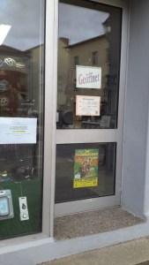 Tür Außenansicht mit Werbeplakat auf der neuen Scheibe