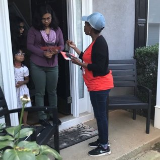 LAURA BASSETT/HUFFPOST Nilaja Fabien, a 46-year-old nanny originally from Trinidad, talks to a woman in Gwinnett County, Georgia, about Stacey Abrams' campaign for governor.